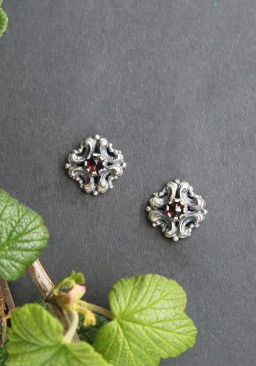 Trachtige Ohrstecker in Silber und kleinem Granat