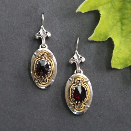 Dirndlschmuck Ohrringe Olga in Silber und Silber vergoldet, Filigranarbeit und mit Granat gefasst