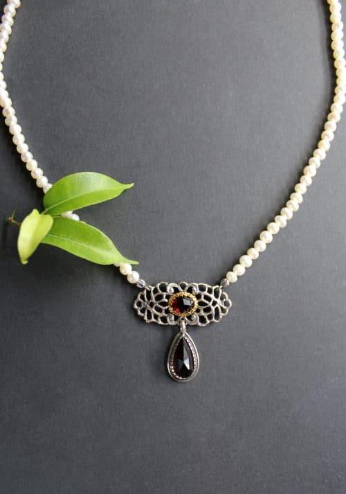 Trachtenschmuck mit Perlen: Perlencollier Brigitte mit silbernen Mittelteil und Granattropfen