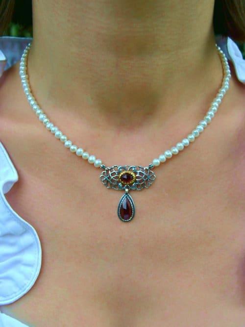 Perlenkette mit Element aus SIlber und Granattropfen