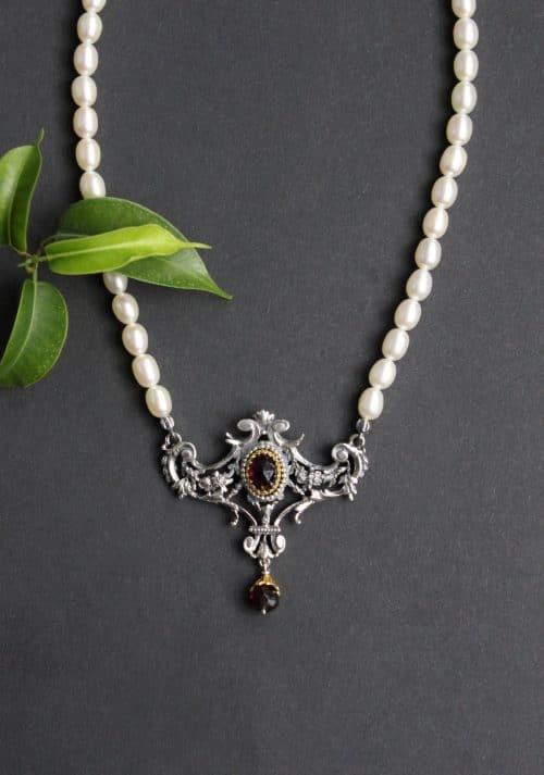 Eleganter Trachtenschmuck aus der Steiermark: Perlencollier Margaritha mit silbernem detailverliebtem Mittelteil, gefasst mit Garanat und Granattropfen