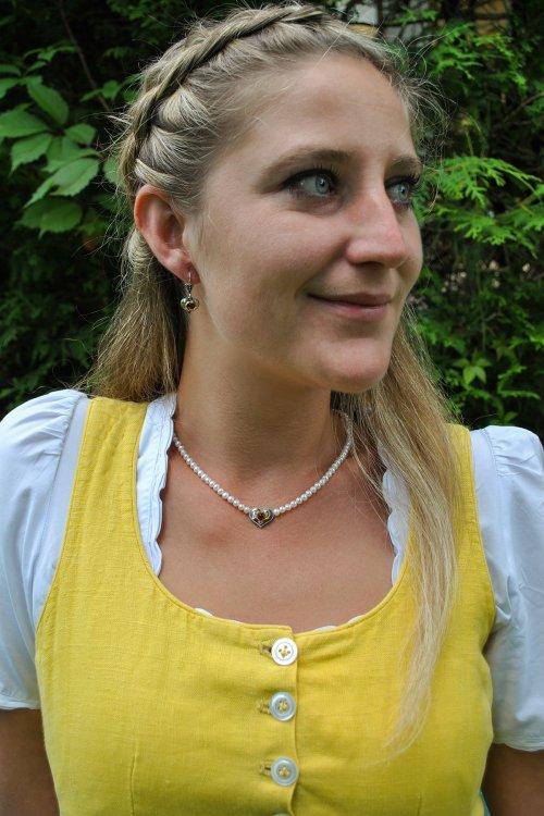 Perlenkette Herz Filigran Ansicht getragen Dirndlschmuck