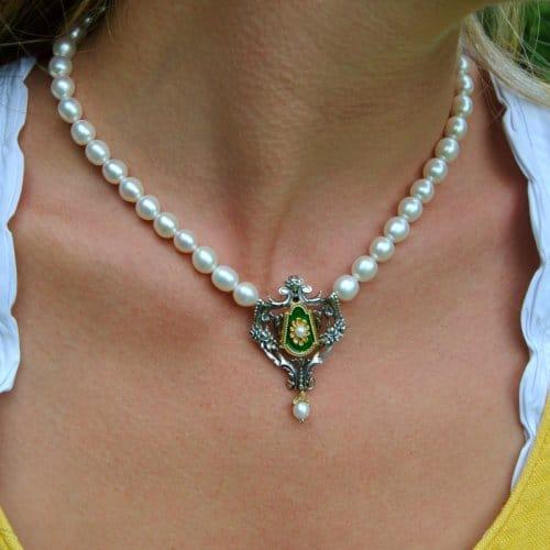 Perlenkette Gundula mit grünen Email Details und Perlentropfen