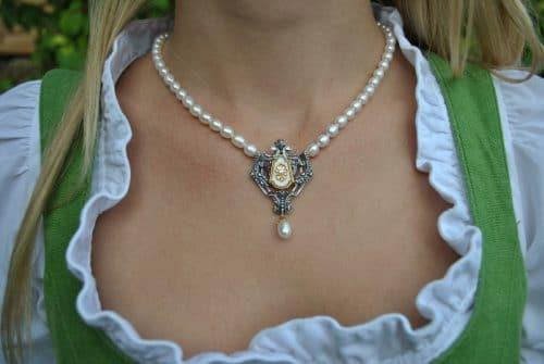 Schöne Perlenkette zum Dirndl mit silbernem Mittelteil und weißem Email