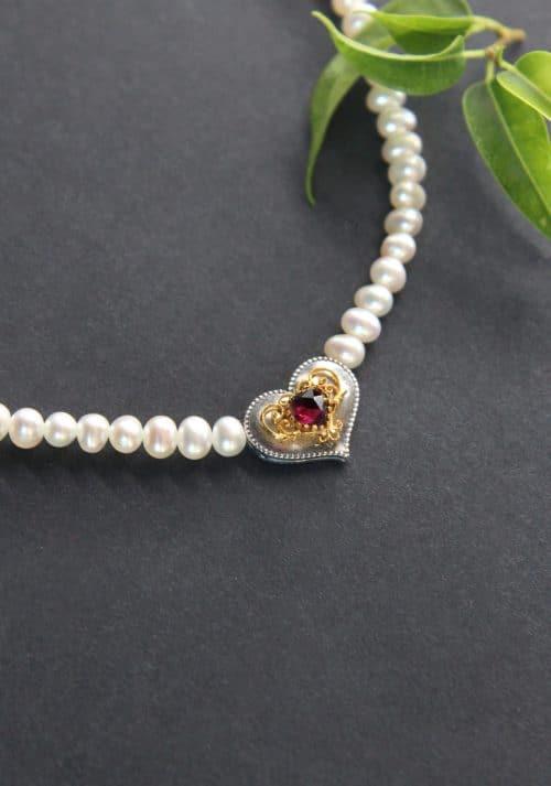 Perlenkette Herz Filigran seitliche Ansicht