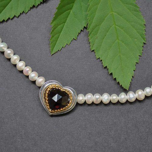 Perlenkette Rita mit Herzmotiv und Granat