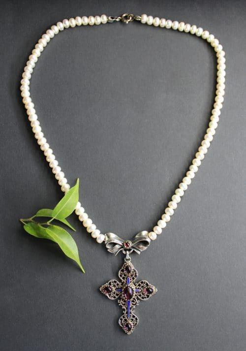 Trachtenschmuck Perlenkette mit Kreuz Mittelteil