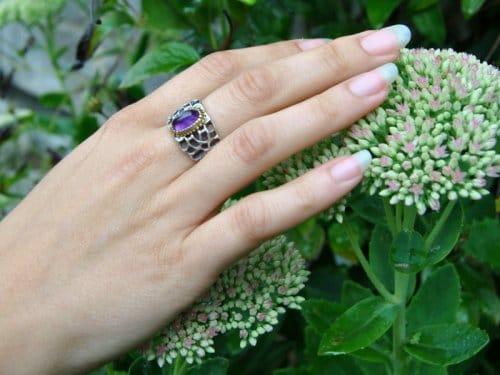 Ring in Silber getragen mit Amethyst