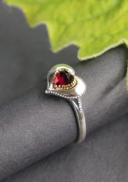 Trachten Ring in Herzform und Silber mit Granat gefasst