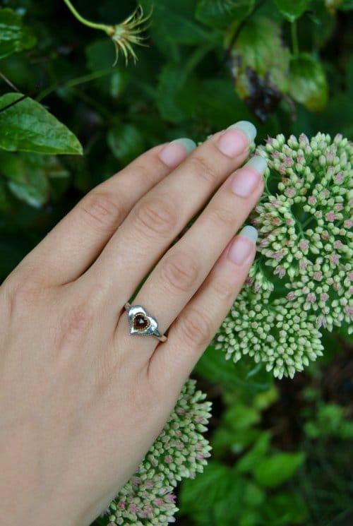 Kleiner Silberring mit Herz und Granat getragen
