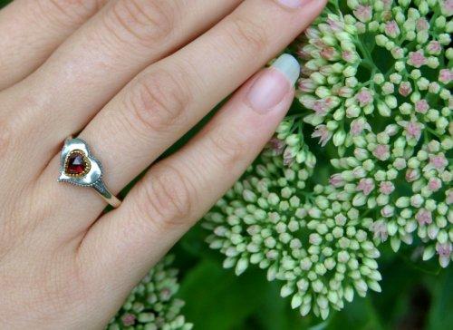 Schmuck zum Dirndl: Silberring mit Herzmotiv