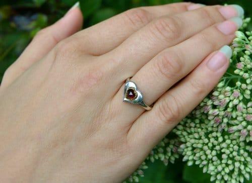 Trachtenschmuck Ring aus Silber und mit Herz Motiv getragen