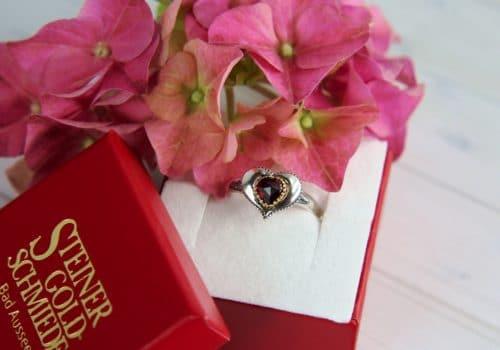 Trachtenschmuck Ring in roter Schmuckschachtel mit Goldschmiede Steiner Logo