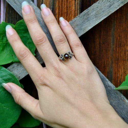 """Traditioneller Trachtenschmuck Ring """"Stefanie"""" aus Silber mit Granat an Hand getragen"""