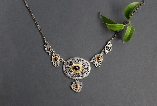 Schmuck zum Dirndl: Detailreiches Trachtenschmuck Silbercollier mit vier Schmucksteinen Granat