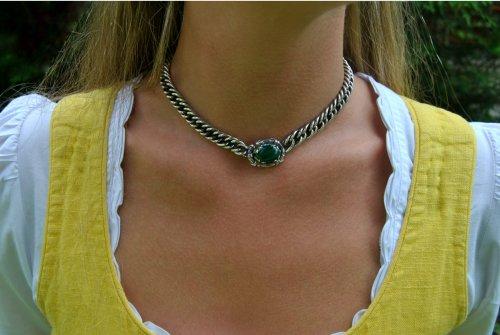 Silberkette mit Malachit getragen