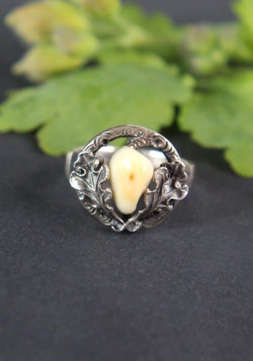 Grandlschmuck Ring in Silber und einem halben Tiergrandl