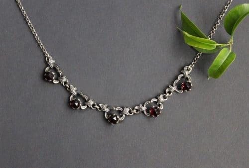Silberne Trachtenkette Heidi mit 5 Teilen Granat gefasst