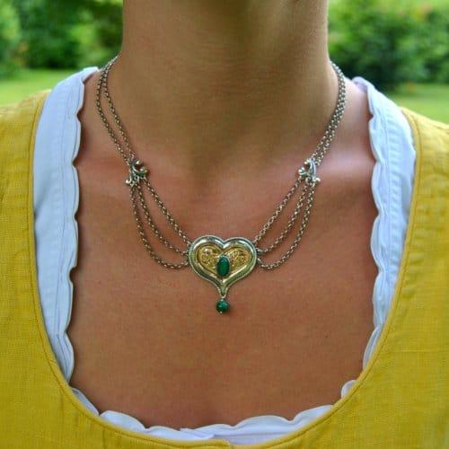"""Trachtenkette in Herzform aus Silber und mit Malachit """"Ursula"""" getragen"""