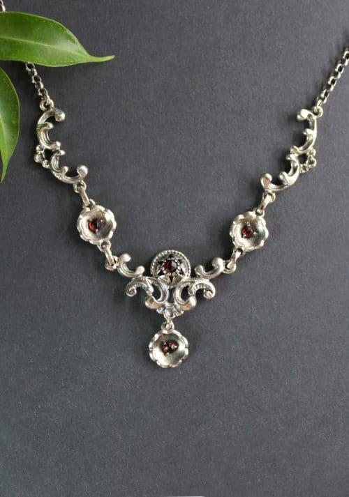 Aufwendiges Silbermittelteil mit Blumen und Granat der Trachtenkette Lena
