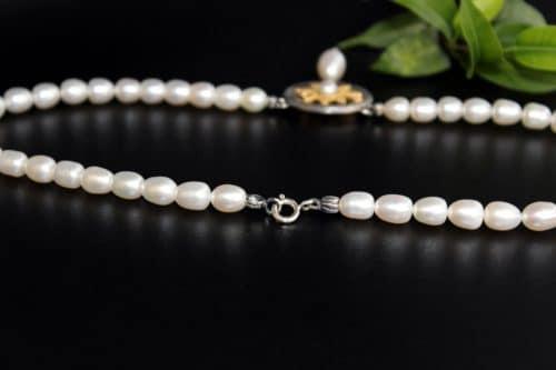 Trachtenschmuck für Damen: Ovalenförmige Perlenkette mit silbernen Mittelteil