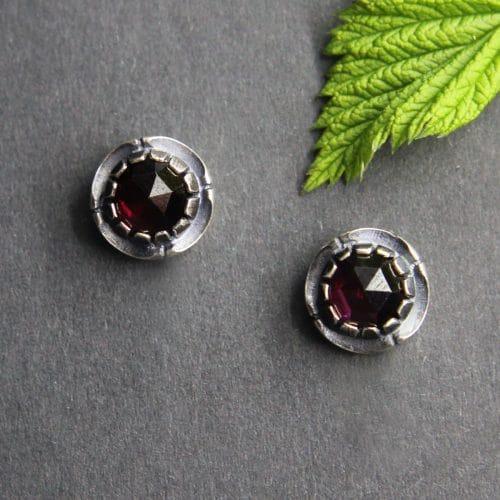 Echter Trachtenschmuck: Kleine runde Ohrstecker in Silber mit Granat