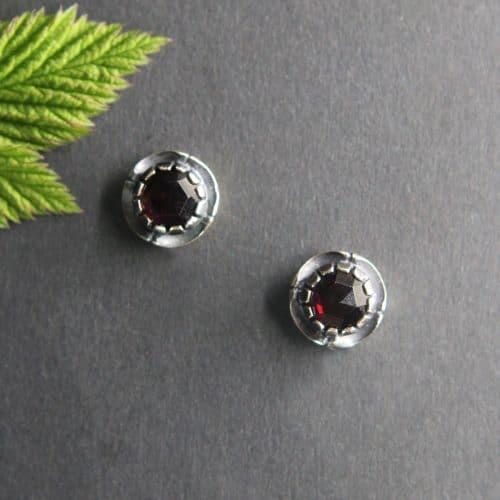 Kleine runde Trachtenschmuck Ohrstecker in Silber mit Granat gefasst