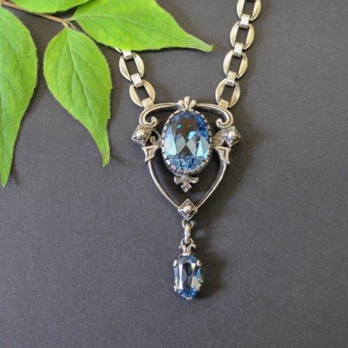 Kette aus Silber mit blauem Spinell gefasst