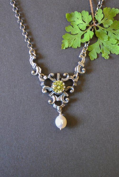 Trachtenhalskette Trachtenschmuck Silber mit grünem Zirkonia und einer Perle