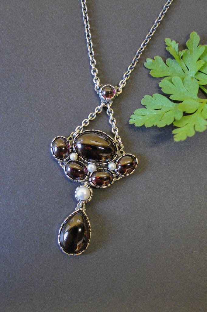 Trachtenschmuck Granatschmuck: Moderne Trachtenkette in Silber mit Granat und Perlen gefasst