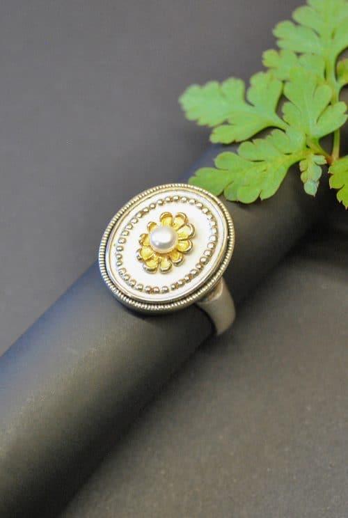 Trachtenring aus Silber mit weißem Email, Blumenmotiv und einer Perle gefasst