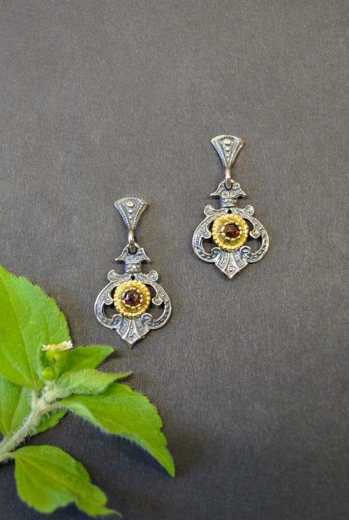 Silberne Ohrringe mit trachtigen Details