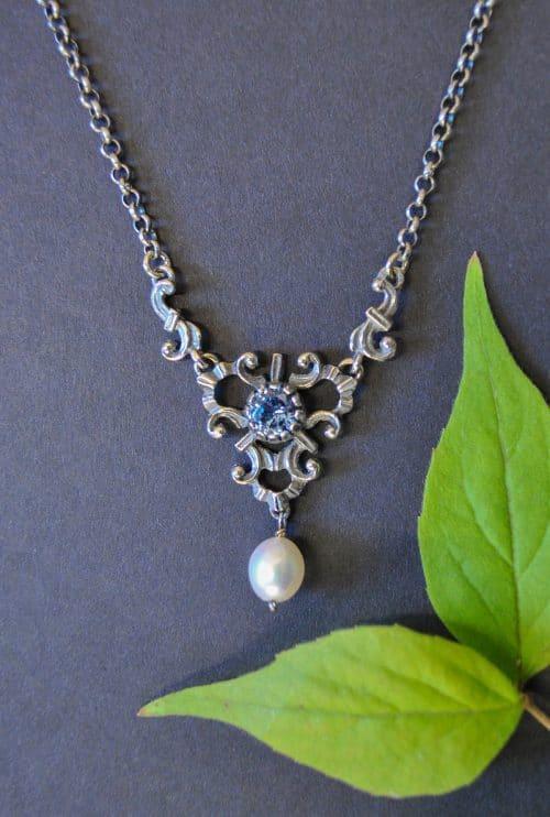 Trachtenschmuck Silber: Schöne Trachten Halskette mit blauem Spinell als Schmuckstein und einer Perle