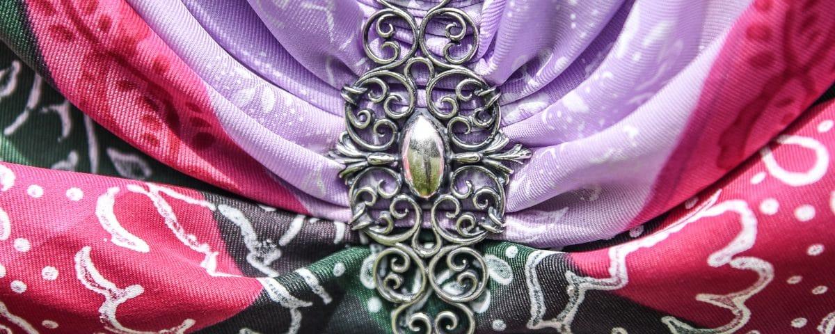 Dirndlbrosche aus Silber an Tuch geheftet