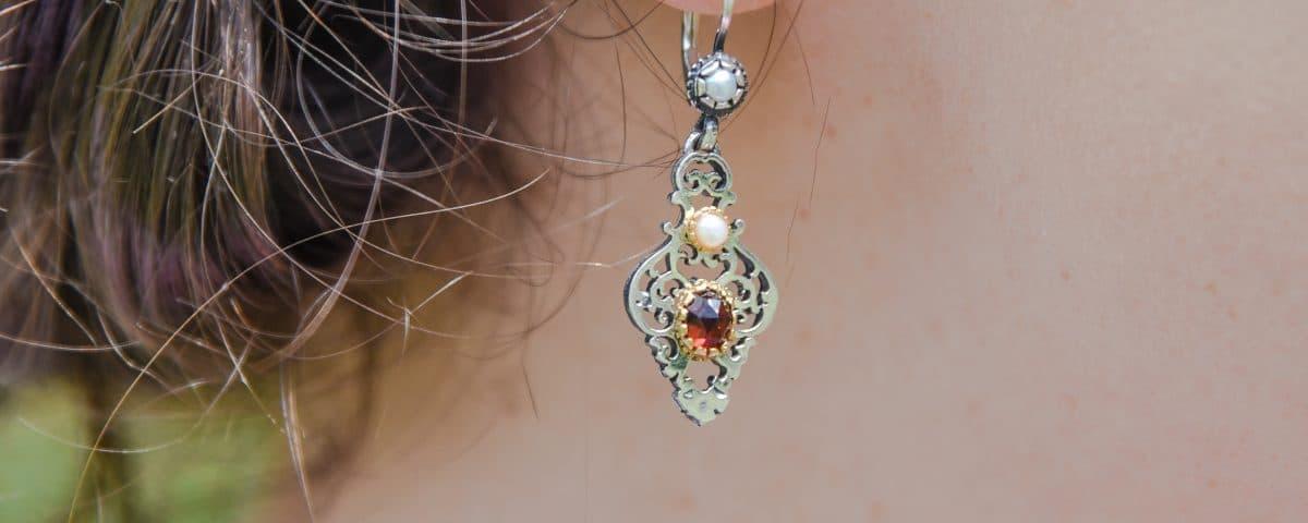 Trachtiger Ohrring getragen mit Granat