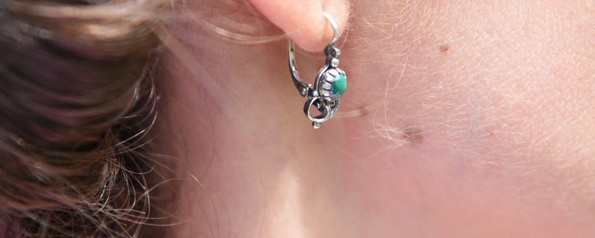 Trachtige Ohrringe ömit Smaragd getragen