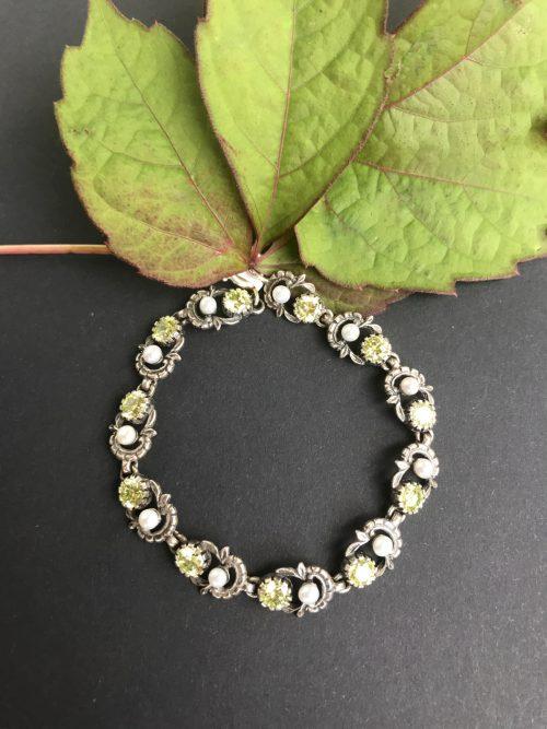 Trachtiges Armband Jutta mit Süßwasserperlen und hellgrünen Zirkonia Steinen