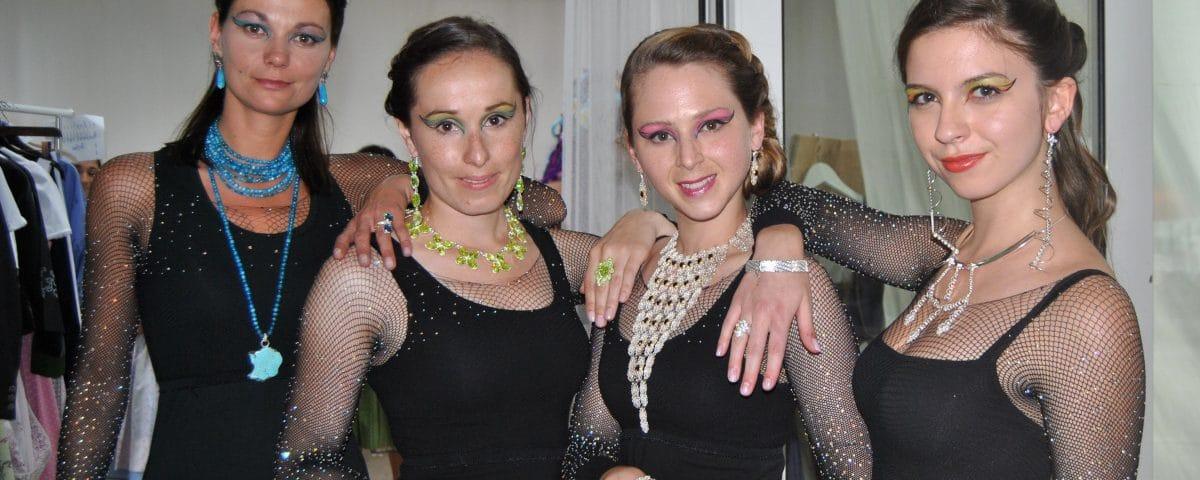 Damen in schwarz mit opulenten Schmuckeinzelstücken der Goldschmiede Steiner
