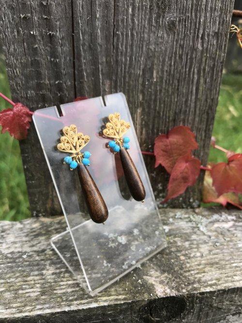 Sommerliche Ohrringe aus Holz mit Lapis