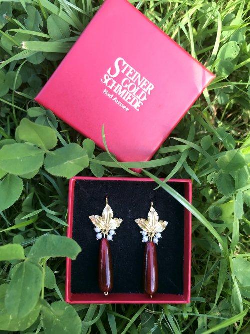 Ohrringe Calypso aus Horn mit goldenen Blumen und Perlen