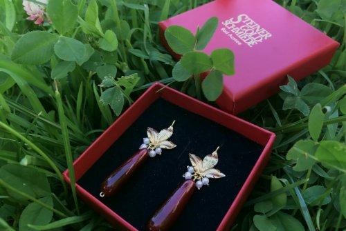 Ohrringe Calyspo aus Horn und vergoldeter Blume