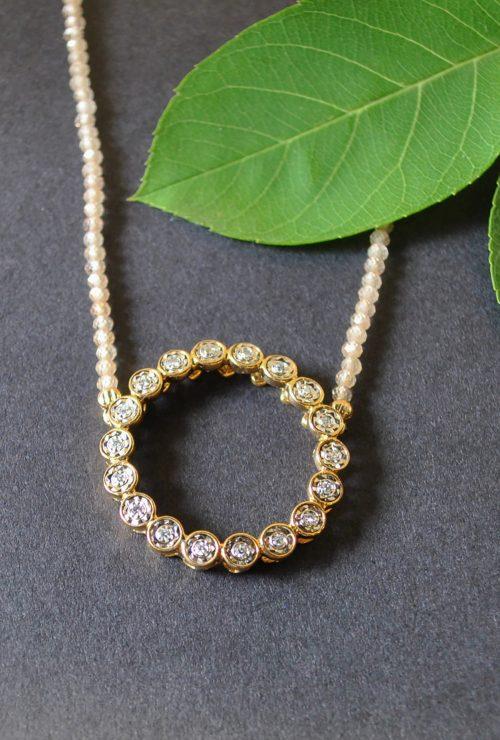 Unikatschmuck Collier mit Brillanten die in einem Goldkreis gefasst sind. Die Kette besteht aus natürlichen Zirkon