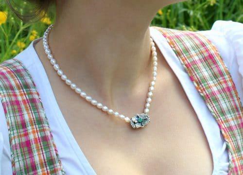 Trachtenkette für Damen: Perlencollier Paula mit Smaragd