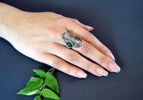 Moderner Schmuck zum Dirndl: Großer Silberring mit Schnecken Motiv und einem Malachit