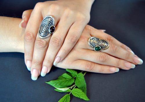 Moderne Ringe aus Silber mit Granat oder Malachit Stein