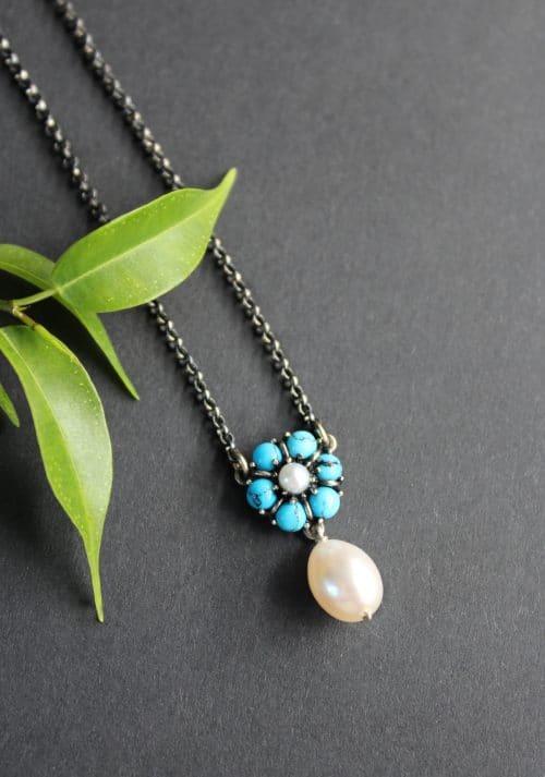 Trachtenschmuck Silber: Halskette Leonie mit türkiser Blume und Perlentropfen