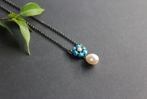 Moderne Trachtenkette in Silber, mit Perlentropfen und türkiser Blume