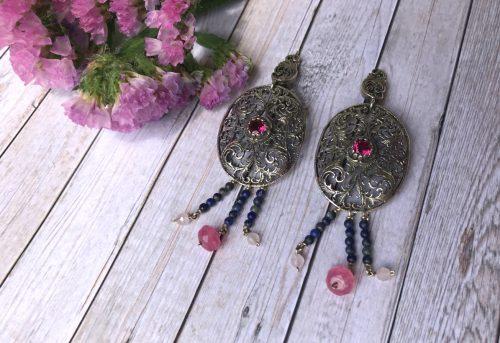 Silberne Ohrringe mit filigranen Details und rosa Steinen