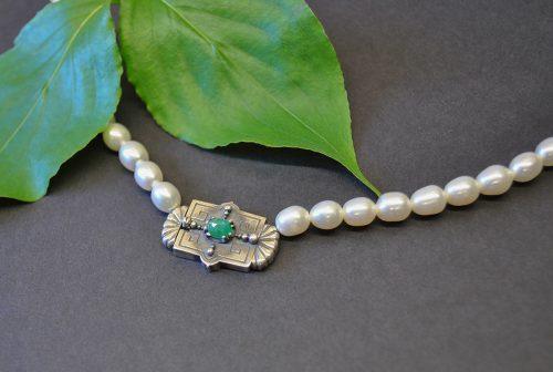 Perlencollier mit Schließe und Smaragd