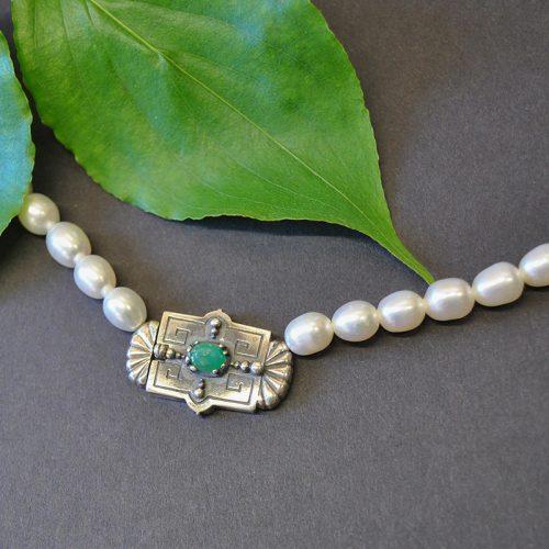 Perlenkette mit ovalen Perlen Silberschließe und Smaragd